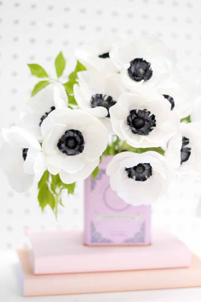 E até para quem prefere uma decoração preto e branco pode apostar nas flores de papel