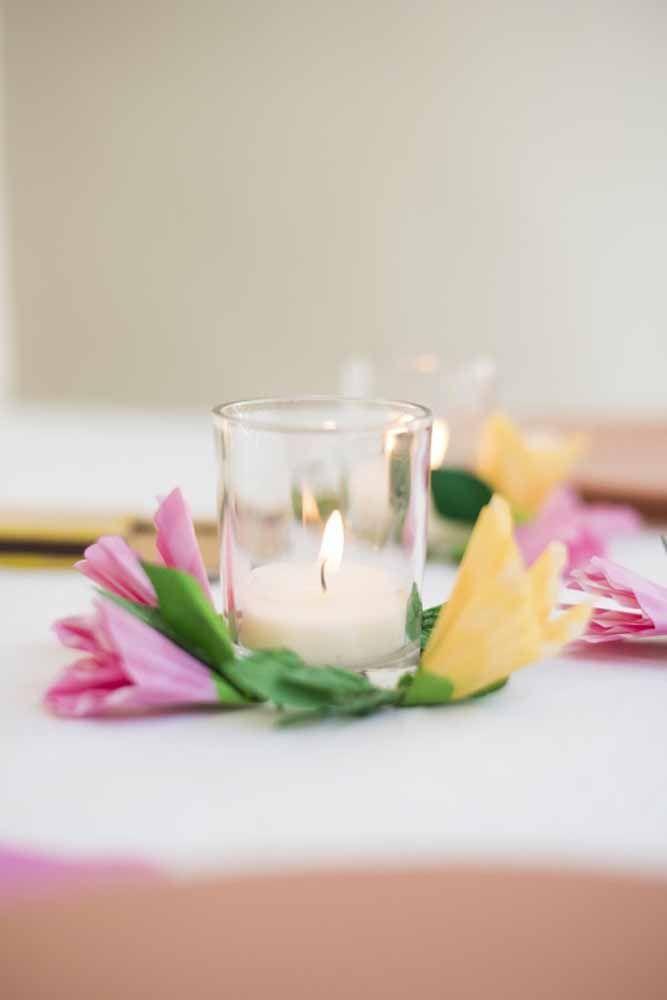 Para acomodar o copo com vela, as flores de papel