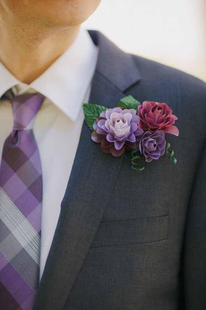 Se a noiva usa flores de papel porque o noivo não pode usar também?
