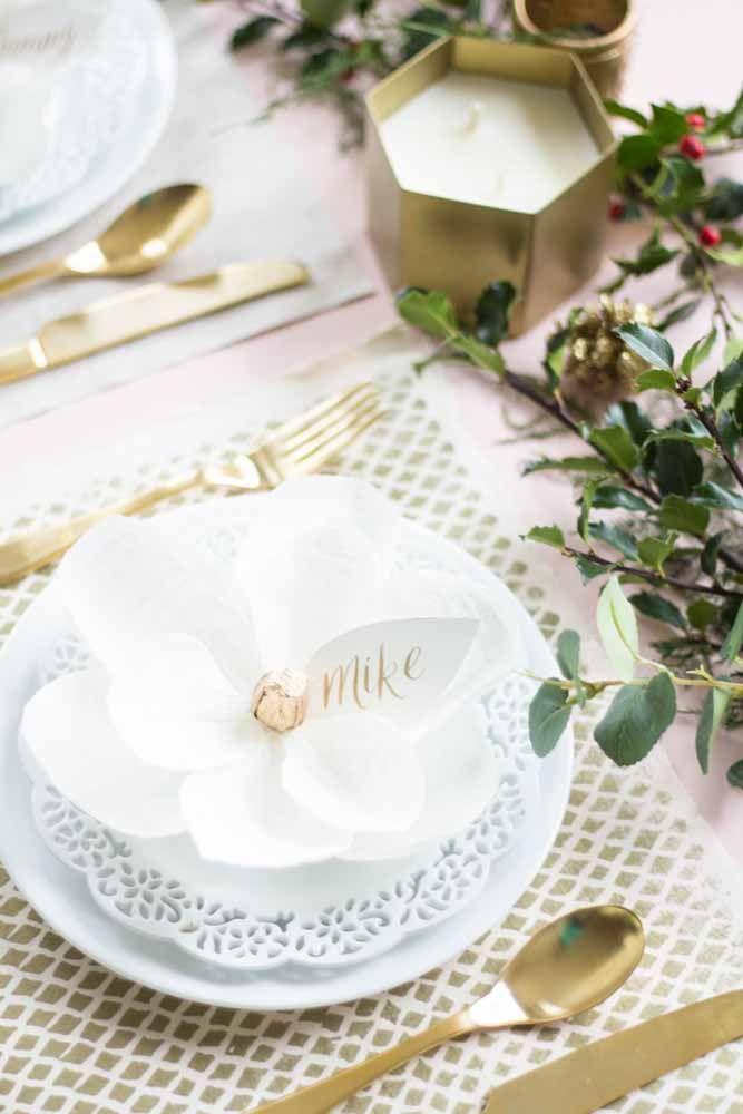 Uma forma florida de decorar os pratos da festa