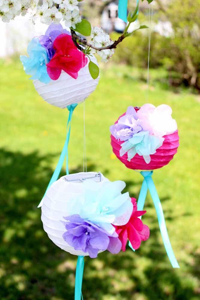 Lanternas chinesas e flores: tudo de papel