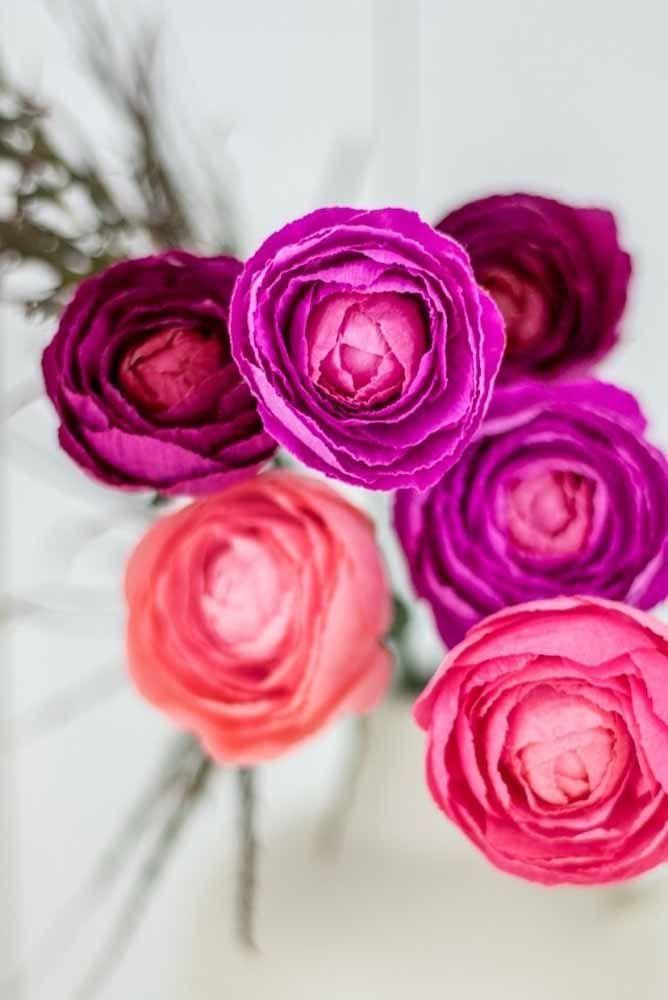 As belas peônias tão comuns em decorações de casamento podem ser usadas com a mesma beleza na versão de papel