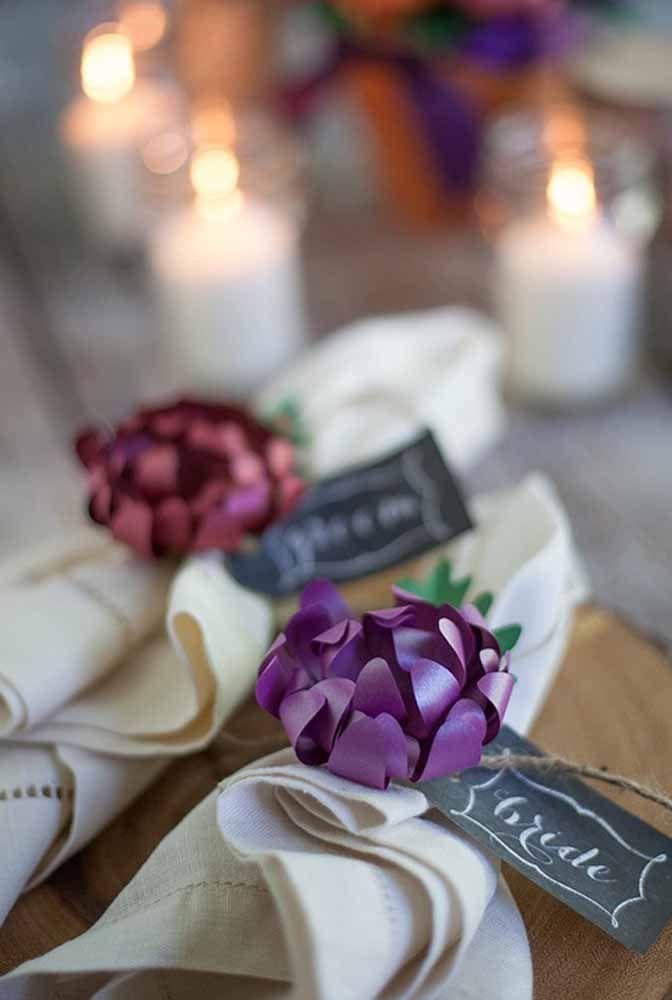 Anel para guardanapo feito com flores de papel: delicado, charmoso e simples de fazer