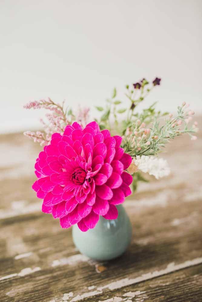 Uma única flor de dália já é suficiente para formar um arranjo, mesmo sendo de papel