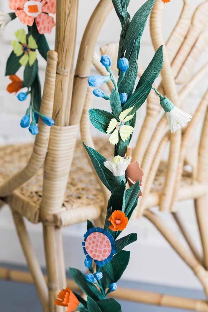 Um cordão florido para as cadeiras da festa