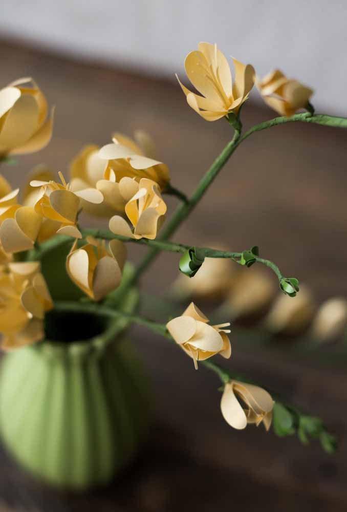 O famoso papel sulfite também serve para fazer flores de papel