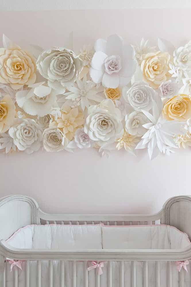 E para o quartinho do bebê, um painel de flores brancas de papel