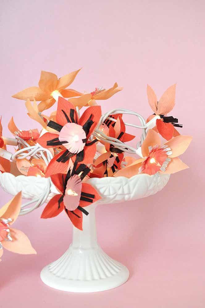 Para cada flor uma luzinha de pisca pisca; ao final você ganha um cordão florido e iluminado