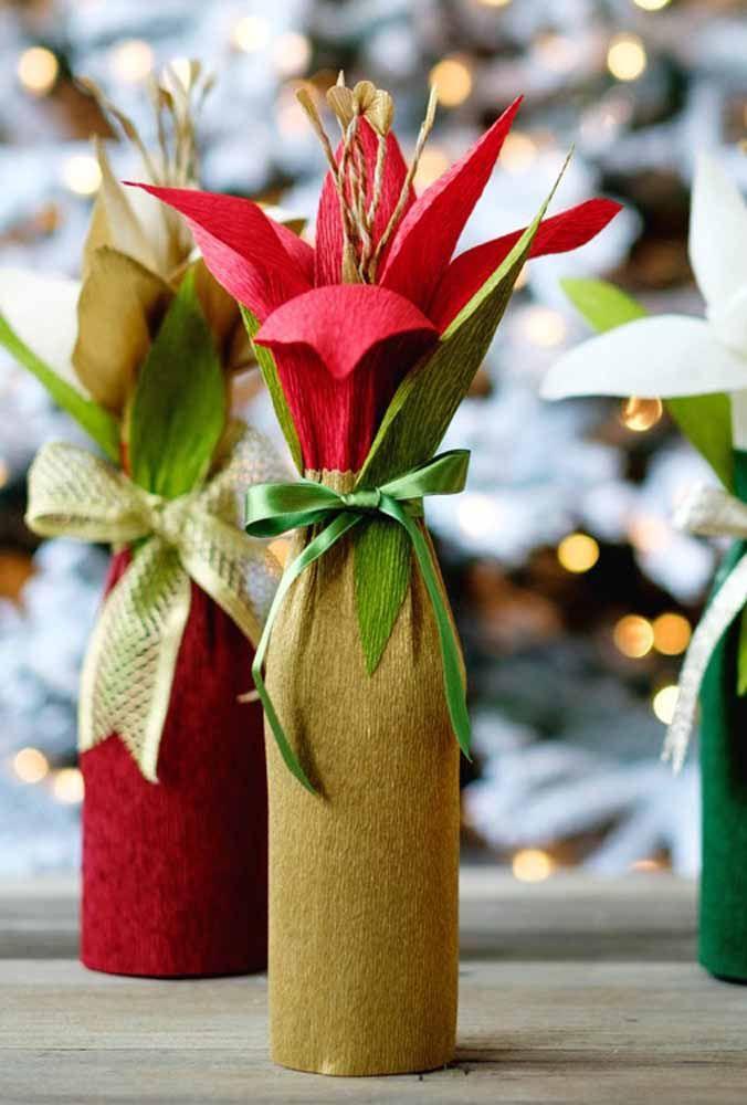 Essas flores de papel usam o formato da garrafa de vidro como base