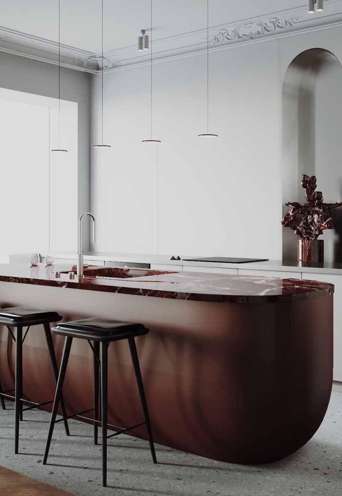 Em meio a cozinha branca, eis que uma bancada marrom se destaca