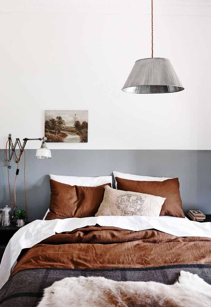 Um marrom mais quente e acolhedor foi o tom escolhido para decorar esse quarto de casal