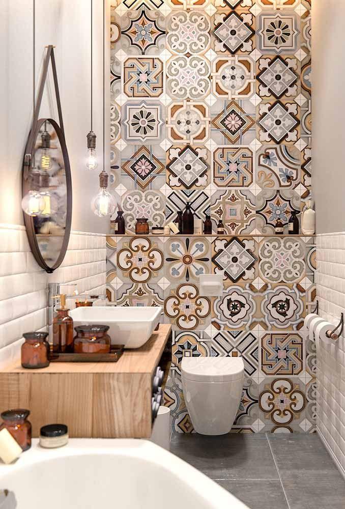 Nesse banheiro, os azulejos retros em tons de marrom e azul são puro charme e descontração.