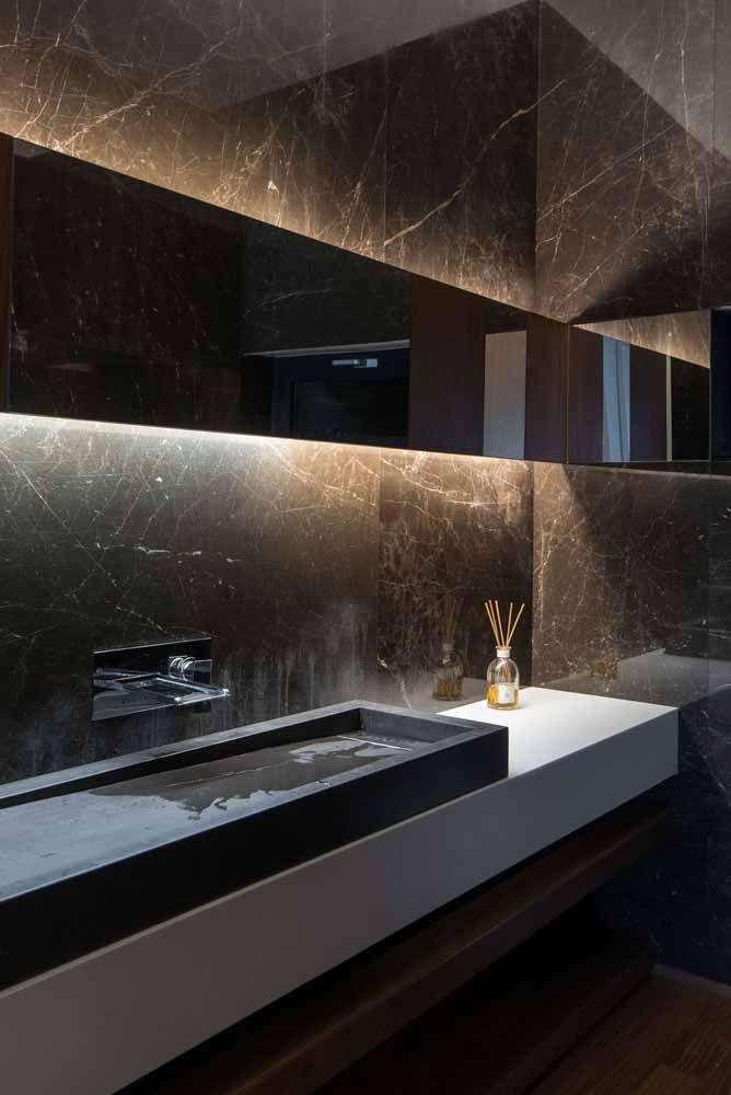A sobriedade do marrom presente no mármore é a marca desse banheiro elegante e sofisticado