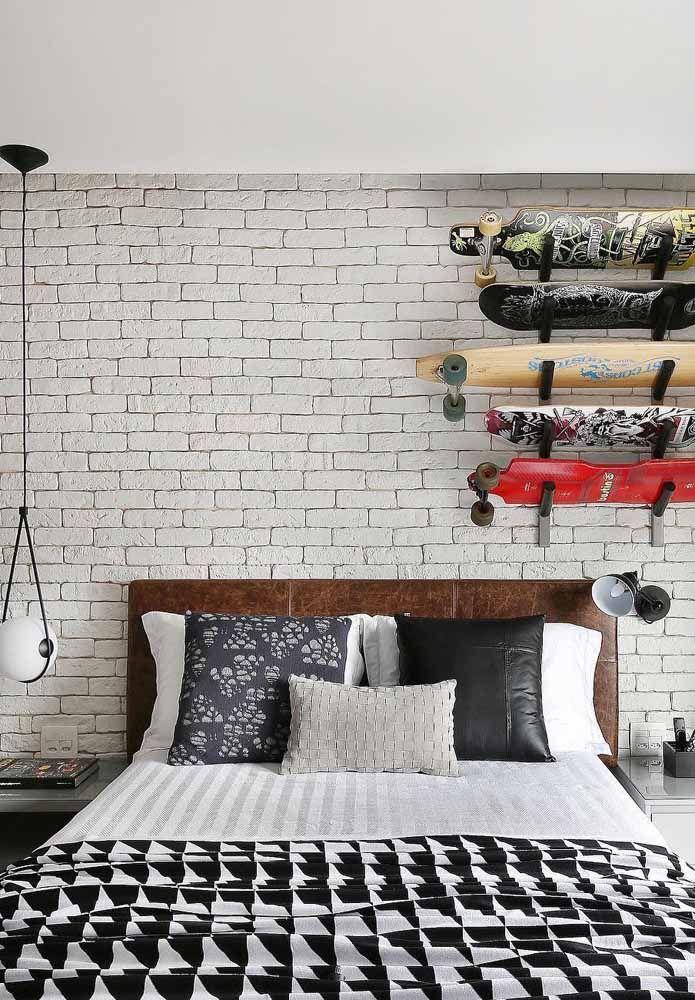 Cabeceira de couro marrom – sisuda e formal – se transformou em um elemento de contraste na decoração jovem do quarto