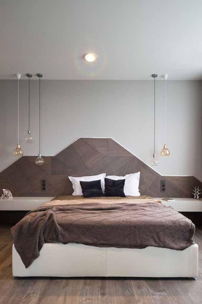 O quarto do casal fica mais receptivo e acolhedor com os detalhes em marrom, tanto na cabeceira, quanto na manta
