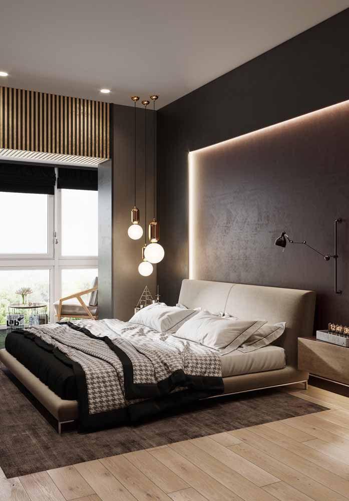 Painel marrom iluminado realça a decoração tom sobre tom desse quarto