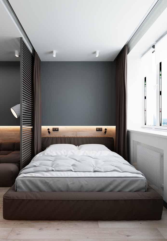 Mesmo pequeno, o quarto soube usar a cor marrom a seu favor