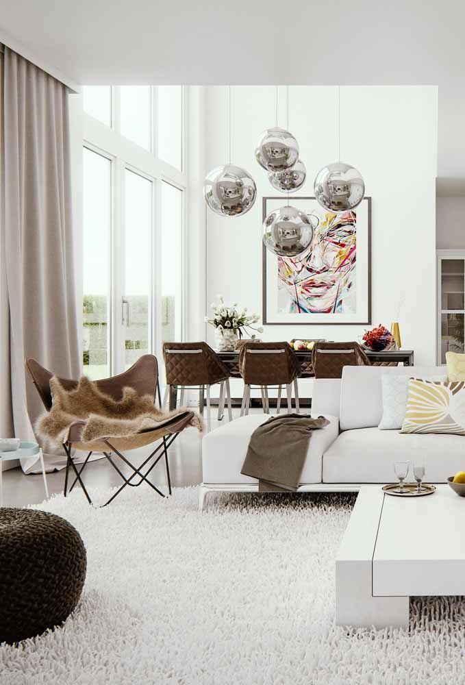 Os ambientes integrados elegeram o branco como a cor base da decoração; o marrom vem como um charmoso coadjuvante da cena