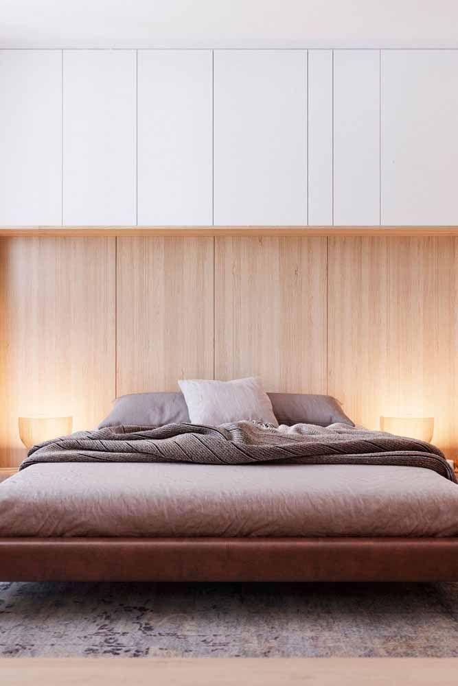 Use o marrom natural dos materiais – como madeira e o couro – para inserir a cor nos ambientes