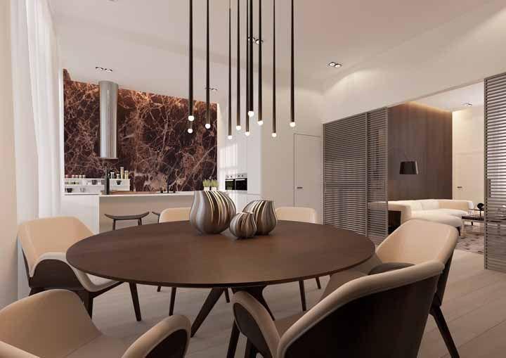 Nessa casa de ambientes integrados o marrom foi muito bem combinado com o tom de creme