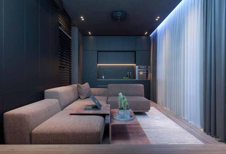E para acalmar os ânimos da parede azul, um sofá marrom bem discreto
