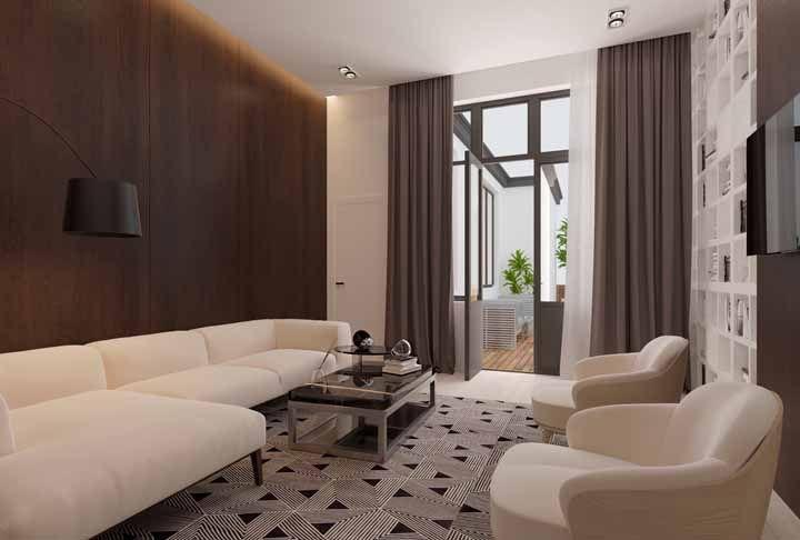 Nessa sala, o marrom foi usado para cobrir as áreas maiores – parede e cortina – já o seu sub tom, o creme, chega nos detalhes