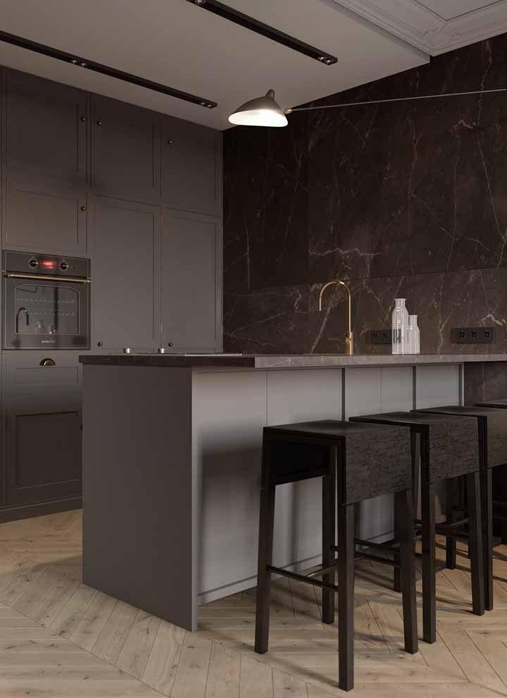 O que poderia ser uma cozinha fria e impessoal, por conta do cinza, se tornou um ambiente acolhedor graças ao marrom