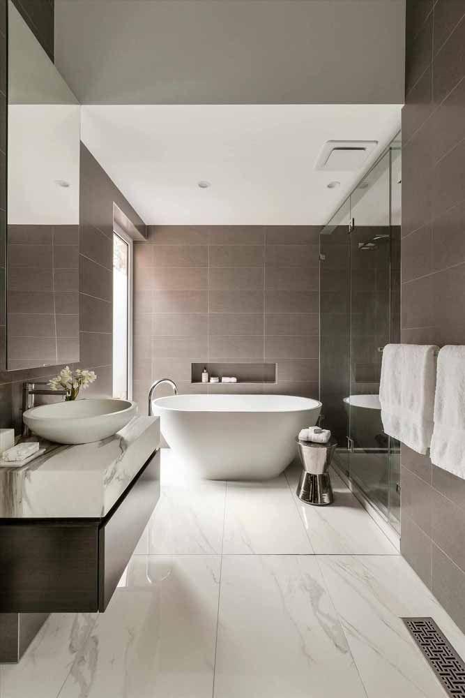 Para um banheiro clean e aconchegante aposte no mix branco e marrom