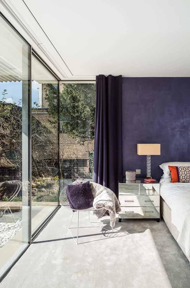 O roxo forte, quase azul, revela um quarto cheio de vivacidade e elegância