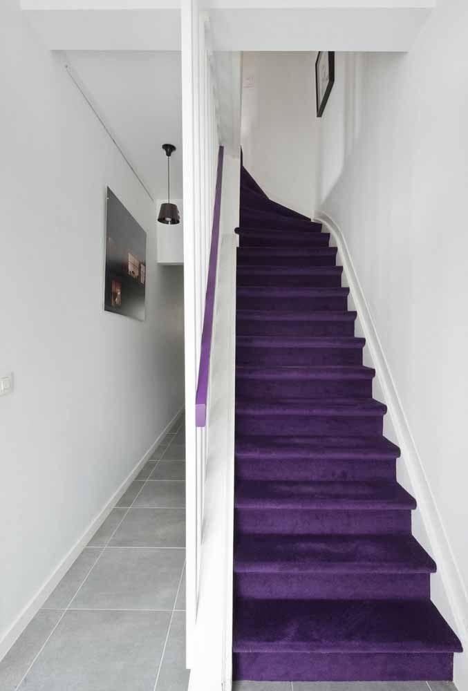 Escada e corrimão roxo: lembra um castelo de contos de fadas para você?
