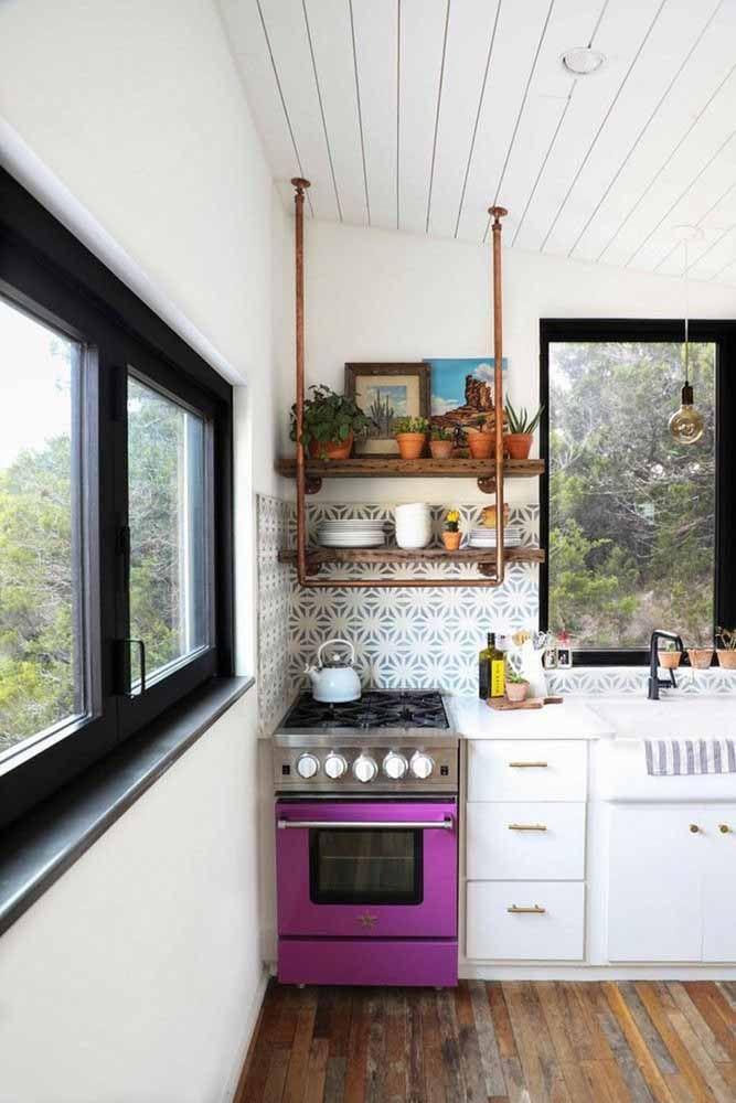 Mais próximo do rosa, esse tom de roxo do fogão alegra e descontraí a cozinha de estilo retrô