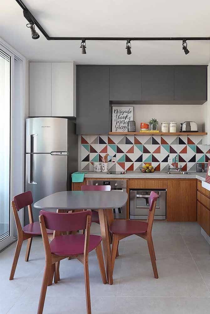 Nessa cozinha, o roxo quebra a neutralidade do cinza