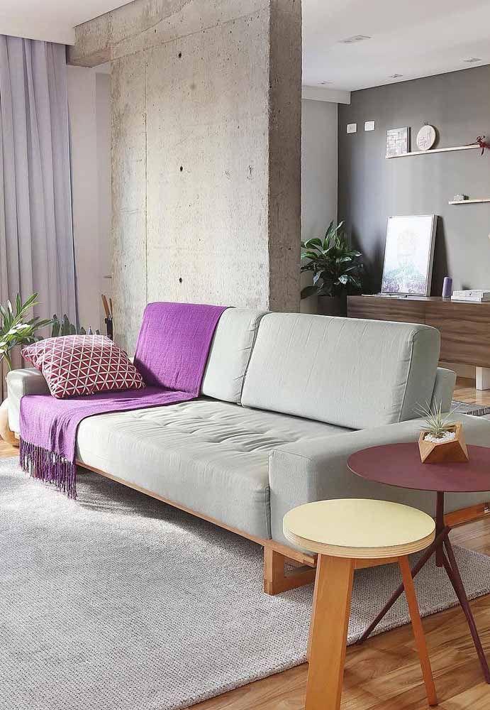 O sofá da sua casa está meio sem graça? Jogue uma manta roxa por cima dele
