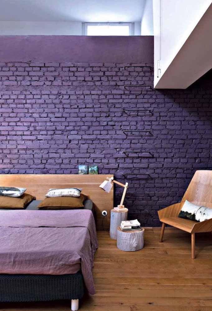 A parede de tijolinhos já é um charme por si só, pintada de roxo fica incrivelmente ousada e original