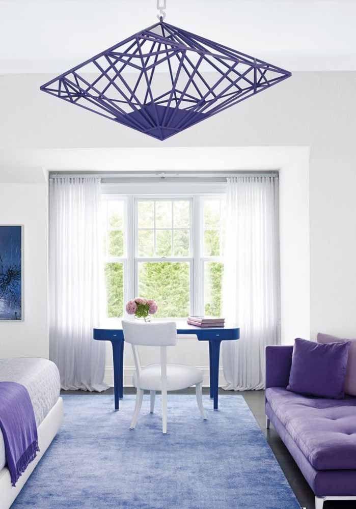 Roxo e azul sobre a base branca dessa sala: um ambiente para renovar as energias