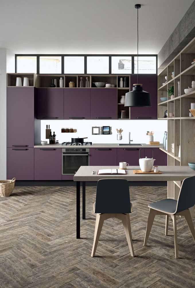 Armários roxos na cozinha; para não pesar no visual escolha um tom mais frio e fechado
