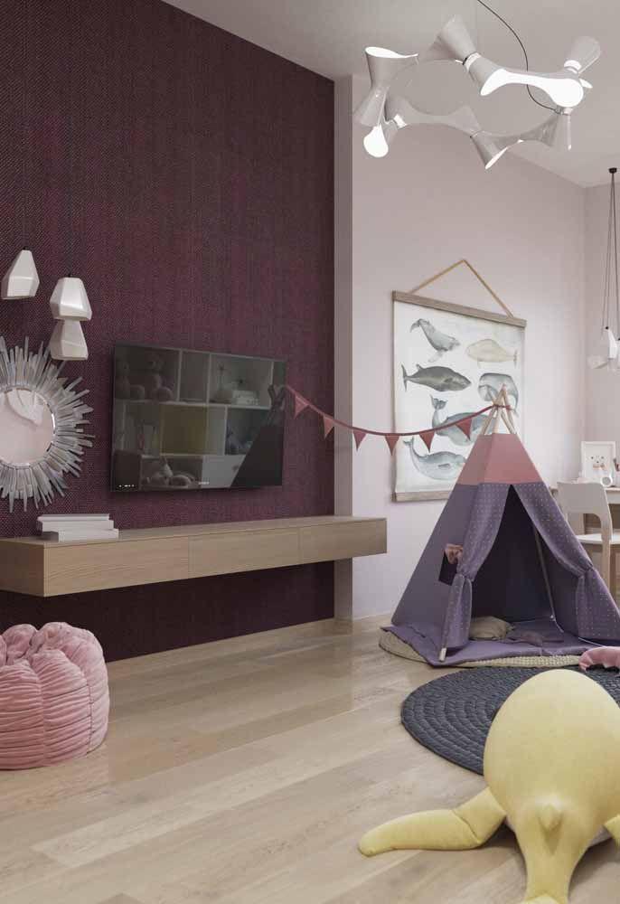 O quartinho infantil recebeu toques de diferentes tons de roxo combinados ao rosa e ao amadeirado do piso