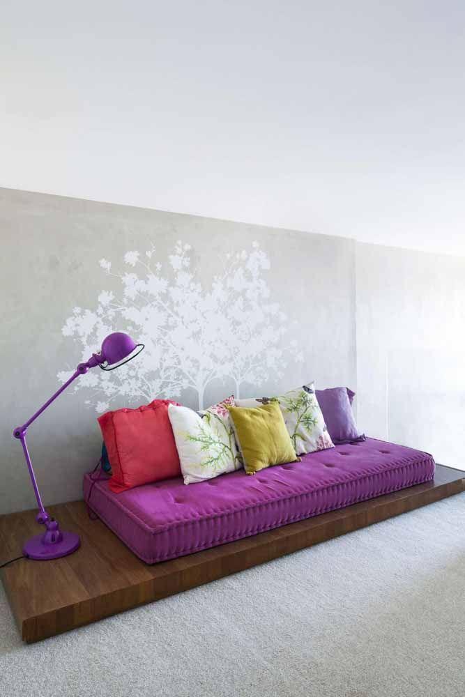 Já que o roxo é uma cor calmante, porque não utilizá-la no lugar de descanso? Aqui ela vem no futon e na luminária