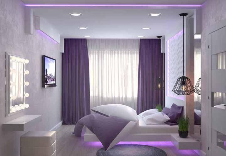 Nesse quarto, além da cortina roxa – que já seria suficientemente notada – a iluminação também recebeu a cor