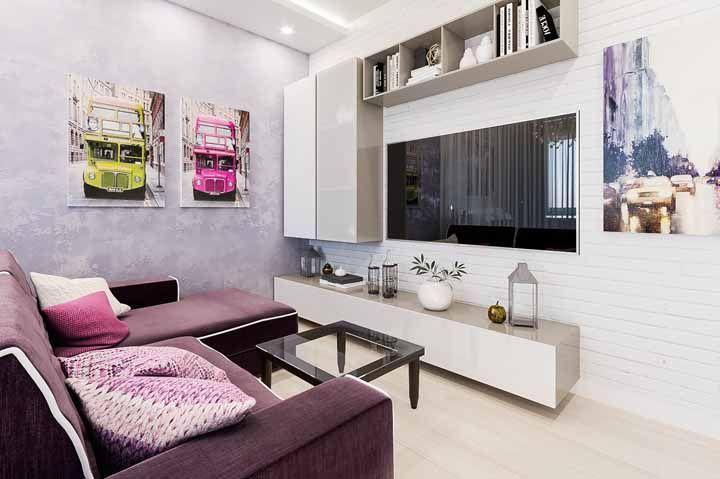 Sala moderna com sofá roxo: tudo em equilíbrio e harmonia por aqui