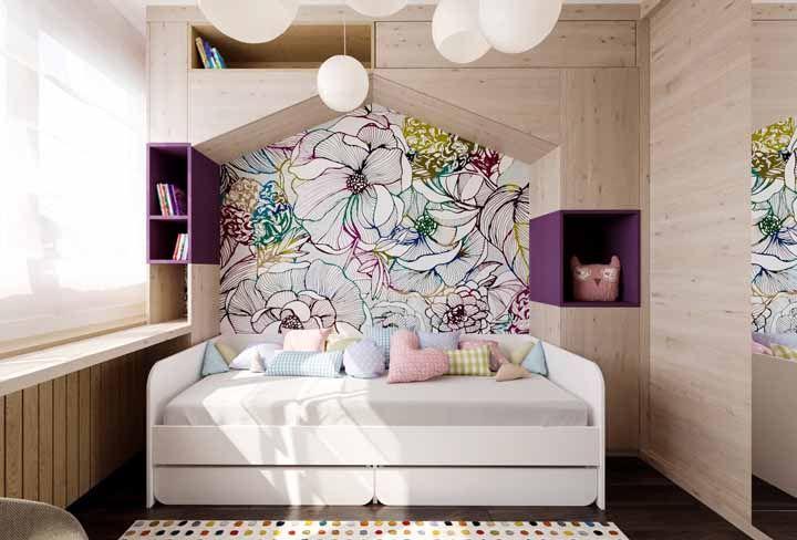 Os nichos roxos acompanham as tonalidades do painel florido.