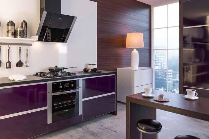Cozinha moderna com armário em laca na cor roxa