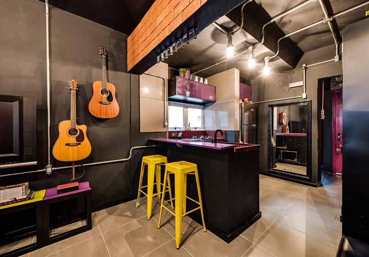 E que tal apostar em uma decoração jovial e descontraída? Para isso aposte na combinação entre roxo, amarelo e preto