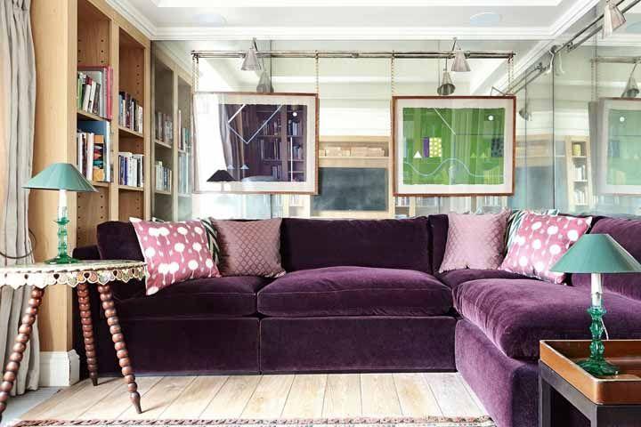 Já esse sofá de modelo convencional apostou na elegância do veludo roxo para fazer a diferença