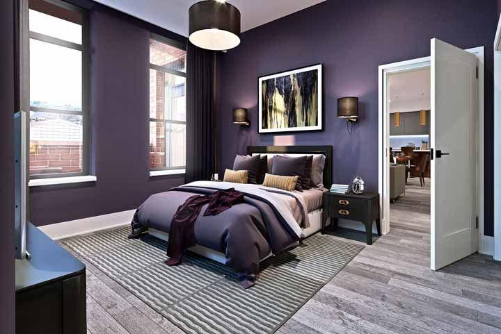 Um quarto glamouroso feito de paredes roxas e pequenos pontos na cor preta