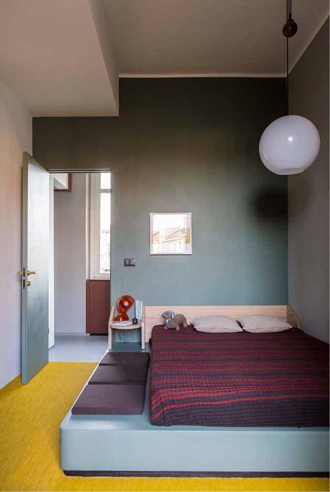 Nesse quarto, o roxo aparece na roupa de cama em contraste com o amarelo do piso