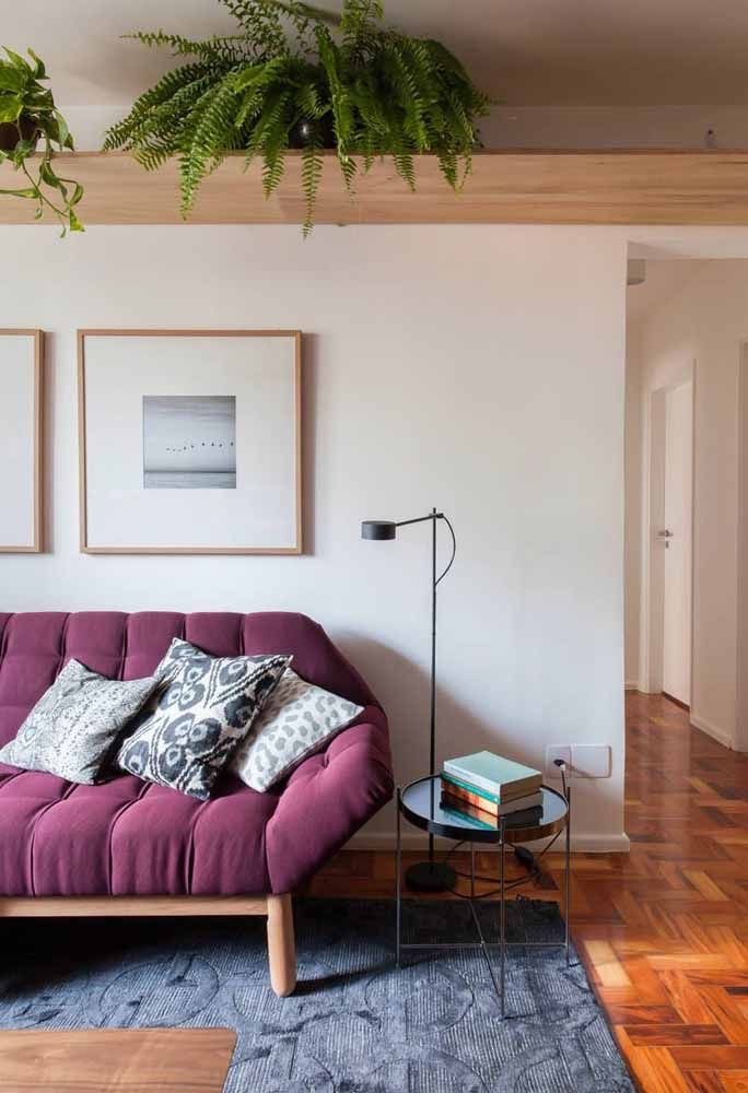 Sofá roxo: topa um desse na sua sala?