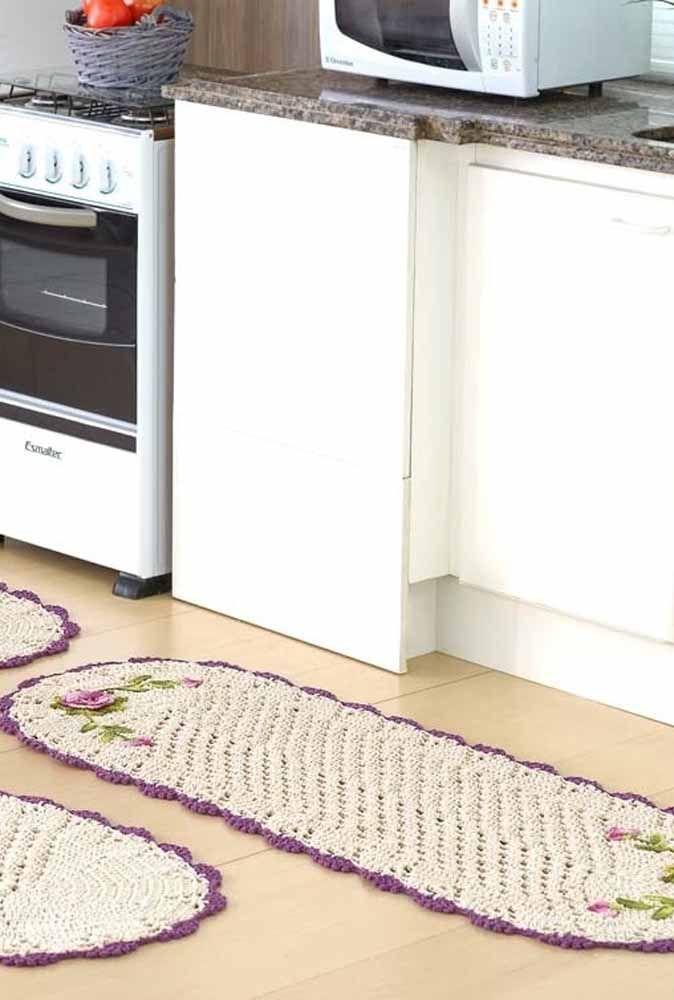 Passadeira oval com aplicação de flores neste conjunto de crochê para a cozinha