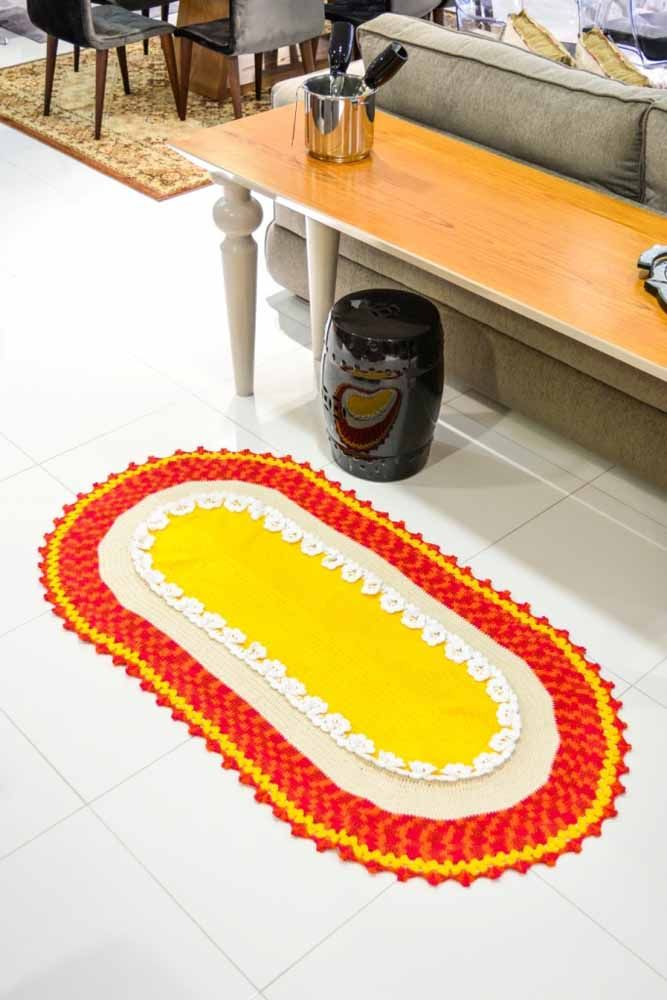 Vermelho, branco e amarelo trazendo mais cor para o ambiente neste tapete de crochê oval
