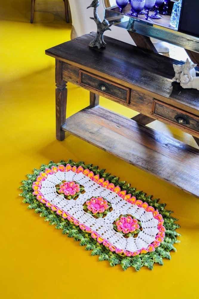 Tapete de crochê oval florido e com barrado russo como outra inspiração para o seu ambiente